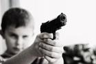 Foto criança com uma arma