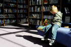 Foto criança na biblioteca