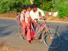 Foto crianças na bicicleta