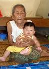 Foto idoso e jovem - senhora idosa com bebê