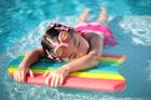 Foto menina na piscina