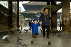 Foto mulher e criança no templo