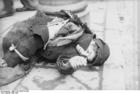 Foto Polônia - gueto de Varsóvia - criança com roupas velhas