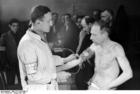 Foto Polônia - gueto Varsóvia - homens fazendo exames médicos