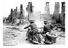 Foto soldados passando pelas ruínas - França