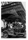 Foto soldados sob a Torre Eiffel